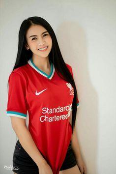 Liverpool Girls, Liverpool Football Club, Liverpool Fc, Football Girls, Football Fans, Outdoor Fashion Photography, Pretty Asian Girl, Ao Dai, Sports Women