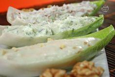 Le barchette di indivia ai formaggi, sono degli sfiziosi finger food preparati con foglie di indivia belga, ripiene di formaggi freschi o cremosi,  speck, erba cipollina e noci tritate.