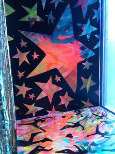 Maleri dækket af sort papir med stjerne-huller...