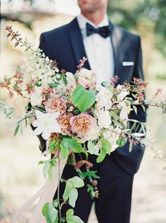 Al fresco wedding bouquet: http://www.stylemepretty.com/2016/06/06/a-sonoma-wedding-inspired-by-old-world-tuscany/ | Photography: Michele Beckwith - http://michelebeckwith.com/