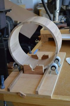Router Jig for making round boxes by Julian - lumberjocks.com - read comments on site for more info .  http://lumberjocks.com/projects/87951 #jigmaking #roundbox #staves