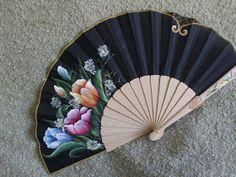 Abanico pericon de madera, pintado por la parte delantera llamativo ramo de flores.  medida: 23 cmt.