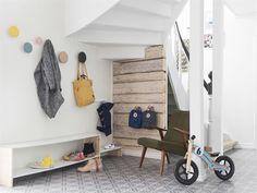 Krokarna Dots kommer från Muuto. Stolen är ett loppisfynd. Skohyllan har Lasse gjort. Trappan och trappräcket är målade med linoljefärger.