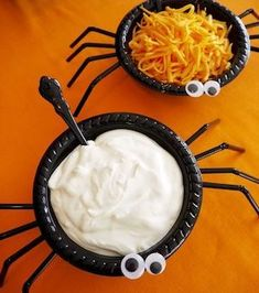 Halloween Party Ideas, DIY Decor & Food Easy and Quick Halloween Party Ideas! Black bowls with bendy straws and googly eyes!Easy and Quick Halloween Party Ideas! Black bowls with bendy straws and googly eyes! Entree Halloween, Buffet Halloween, Soirée Halloween, Halloween Party Appetizers, Halloween School Treats, Adornos Halloween, Halloween Party Supplies, Halloween Food For Party, Halloween Birthday