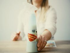 Quand le jus de citron rencontre le savon de Marseille, ça donne une formule magique pour tout faire briller dans la maison. La preuve en vidéo