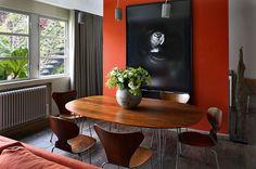 В столовой основой ретрообраза служат стулья великих дизайнеров ХХ века. Дальше всё зависит от того, как глубоко вы готовы погружаться в историю.