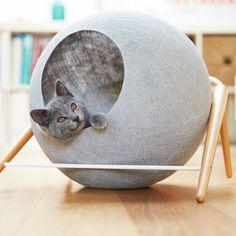 Niche pour chat en forme de boule grise de la marque Meyou modèle ball avec pied en bois