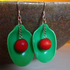Örhängen av gröna plastskedar med röda pärlor