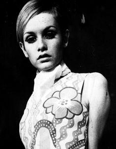 Twiggy 1960s fashion style icon, siêu mẫu đầu tiên với thân hình gầy gò và phong cách trang điểm ấn tượng với mắt đậm và mascara đen và dầy. Cô là biểu tượng thời trang của những năm 60