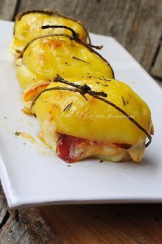 Potatoes stuffed with smoked cheese and dried beef baked - Patate ripiene con scamorza e bresaola al forno vickyart arte in cucina Vegetable Dishes, Vegetable Recipes, I Love Food, Good Food, Wine Recipes, Cooking Recipes, Potato Dishes, Fruit And Veg, Food Inspiration