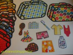 Sorteerspel: De kinderen sorteren de kledij en spullen bij de juiste koffer. (Variant: Leg cijferkaartjes of getalbeeldkaartjes in de koffers. De kinderen moeten dan tellen hoeveel voorwerpen in elke valies moeten om te kunnen vertrekken.)