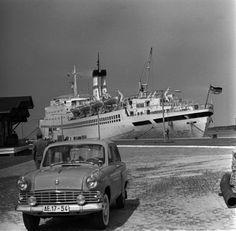 """ROSTOCK 22.05.1966 Das Urlauberschiff """"Fritz Heckert"""" im Hafen von Rostock-Warnemünde. Deutsche Fotothek"""