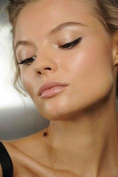 Minimal Makeup: mostly highlights (inner corners of eyes and brow bone), some bronzer, eyeliner, mascara