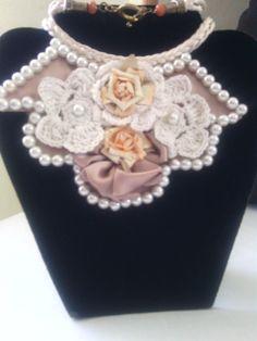 Collar babero, hecho a mano todo en tela y flores tejidas......bello!!