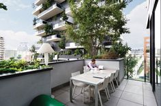 Bosco Verticale vertical forest residential towers by boeri studio milan italy Green Architecture, Sustainable Architecture, Landscape Architecture, Vertical Forest, Le Prix, Apartment Complexes, Interior Design Magazine, Milan Design, Design Competitions