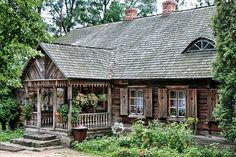 Polecane Piny z kategorii Pałace - WP Poczta Wooden Architecture, Vernacular Architecture, House Front Door, House Entrance, Cottage Style Homes, Cottage Design, Tiny Cabins, Arte Popular, Log Homes