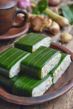 Special Dessert Lemper Ayam Uenak Tenan Cuks with Ketan Brazilian Indonesian Desserts, Indonesian Cuisine, Asian Desserts, Asian Recipes, Savory Snacks, Snack Recipes, Cooking Recipes, Diah Didi Kitchen, Malay Food