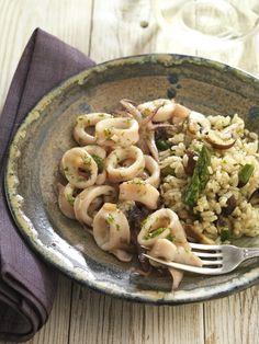 Calamar con salteado de arroz, espárragos y champiñones