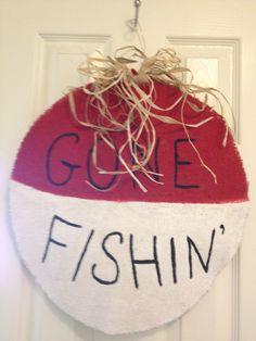 Gone Fishin' burlap craft @Allison j.d.m j.d.m j.d.m Catlett you need this Burlap Projects, Burlap Crafts, Diy Craft Projects, Wood Crafts, Painted Pavers, Adult Crafts, Fun Crafts, Fishing Gifts, Burlap Door Hangers