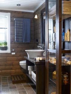 UTNYTTET RESTER: Glasskapet på badet i første etasje ble kjøpt brukt for 100 kroner og deretter beiset i samme farge som hyllen. Den har eierne laget selv av heltre eikeplater, og speilrammen laget de av utforinger fra vinduene.