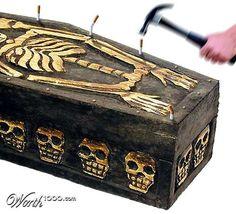 タバコは棺桶の釘  coffin nail (peg)  1.棺桶 (cofin) のふたを打ち付けるための釘 (nail)  2.寿命を縮めるもの(俗)  3.紙巻きタバコ(俗)   <文例> Jorge smokes 50 coffin nails a day. ジョージは1日に50本もタバコを吸います。