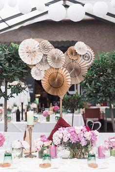 Bunte Vintage Hochzeitsdeko mit Faltrosetten und Lampions rosa und ...