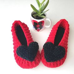"""""""Womens slippers,Big Size red Alpaca Furry Wool Slipper With Sole,Christmas For Slipper,Knitted and Crochet,Bride and Bridesmaids,felt"""" Alpaca Slippers, Pom Pom Slippers, Pink Slippers, Summer Slippers, Knitted Slippers, Womens Slippers, Bridesmaid Slippers, Summer Knitting, Gifts For Mom"""