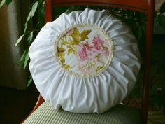 Romantisches Kissen, weiß-creme mit Inlett,  rund von Atelier-Brigitte auf DaWanda.com