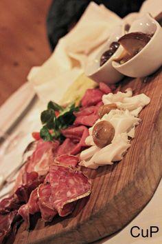Tagliere tipico di salumi e formaggi bergamaschi #bg #bergamo #ristorante #milano