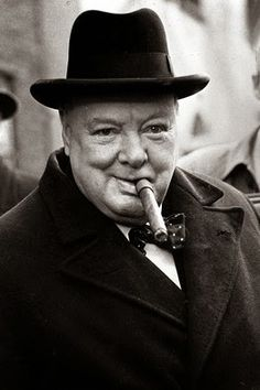 What are the best lessons about leadership from Winston Churchill? Here are 22 Winston Churchill Leadership Quotes to learn how to be a great leader and succeed in life. Cuba History, London History, History Facts, British History, Winston Churchill, Churchill Frases, Fotografia Pb, History Of Tobacco, Secret Plot
