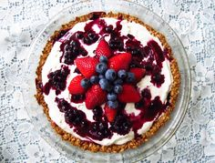 Strawberries & Cream Oatmeal Breakfast Tart with Blueberry Sauce Breakfast Time, Breakfast Recipes, Strawberries And Cream Oatmeal, Blueberry Sauce, Tart, Brunch, Strawberry, Yummy Food, Baking