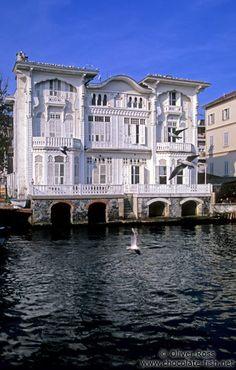 http://www.chocolate-fish.net/albums/Turkey/Istanbul_City_Sights/Istanbul-Bosporus-cruise-Arnavutkoy.jpg