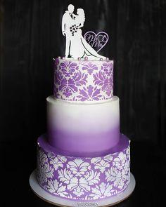 Свадебный торт на 10 кг. Рисунок нанесен с помощью трафарета. Завершает декор топпер. Автор торта instagram.com/piro_jenka