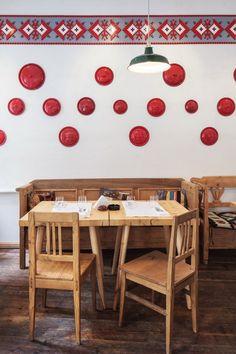 Un restaurant vêtu de bois et de LEGO en Roumanie