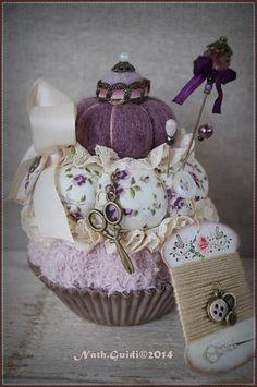 Pique-aiguilles gourmand de style shabby forme cupcake : Accessoires de maison par la-fee-chiffonnee