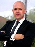 Jürgen Recha, 1966 in Rees geboren, studierte Betriebswirtschaft in Rendsburg. Nach dem Studium qualifizierte er sich zum externen Leiter für Projekte zur Einführung von neuen IT-Systemen im Finanzbereich.