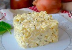 Луково-яблочный салат по-польски. Яблоко — 2 шт.  Яйцо — 2 шт.  Лук — 1 шт.  Огурцы соленые — 2 шт.  Майонез — 2 ст. л.  Сметана — 1 ст. л.  Лимонный сок — 1 ч. л.  Горчица — 1 ч. л.  Соль по вкусу  Черный перец (молотый) по вкусу