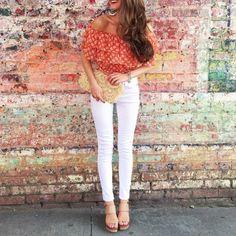 Carmenbluse kombinieren: Sexy und sommerlich mit weißer Jeans