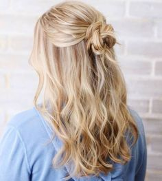 Wavy+Half+Updo+With+A+Bun promi frisuren 20 Ideas How to Spice Up Your Half Bun Ball Hairstyles, Homecoming Hairstyles, Medium Curled Hairstyles, Half Up Half Down Hairstyles, Casual Hairstyles For Long Hair, Cute Hairstyles With Curls, Medium Hair Styles, Short Hair Styles, Bun Styles