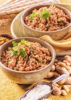 Faites cuire le riz, puis égouttez. Pelez et hachez l'oignon. Faites revenir l'oignon dans l'huile chaude avec les épices et la poudre de curry. Hachez grossièrement les cacahouètes et faites griller la noix de coco dans une poêle anti adhésive. Ajoutez le riz à l'oignon et incorporez ensuite les cacahouètes , la ciboulette et la... En savoir plus