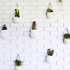 wall decor ideas for living room exposed brick wall with cacti hanging Cactus Decor, Plant Decor, Faux Brick Wallpaper, Brick Wall Decor, Exposed Brick Walls, Diy Hanging, Beautiful Mess, Plant Wall, Decoration