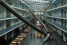 Guardiamo l'eccessivo sogno di un architetto o osserviamo che insieme insegnanti, managers, architetti e studenti possono fondere forma, apprendimento e divertimento? Per ora a Monaco di Baviera, non da noi…