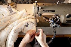 Kołdry i poduszki wykańczamy lamówką wykonaną z naturalnej bawełny i zdobioną naszym własnym wzorem.