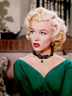 green top + statement necklace /Marilyn Monroe