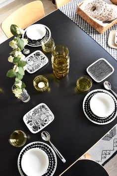 Black and white marimekko dinner ware with a hint of green yellow socks rolled down glassware! Dining Table Chairs, Dining Furniture, Kitchenware, Tableware, Scandinavian Home, Marimekko, Table Settings, House Design, Pure Products