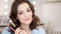 SWiCh w 60 sekund to seria filmów, w których występują nasze Słuchaczki i w przyspieszonym tempie pokazują swoje makijaże. W tym odcinku nasza Słuchaczka - Kaśka Żurawska prezentuje makijaż koktajlowy. || Listę kosmetyków znajdziecie na stronie: http://www.swich.pl/galerie/406/makijaz-koktajlowy-swich-w-60-sekund  #makeup #akademia_SWiCh #SWiCh #szkołamakijażu #makeupschool #60seconds #szkoławizażu #wizaż #visage #makijażkoktajlowy #makijażwieczorowy