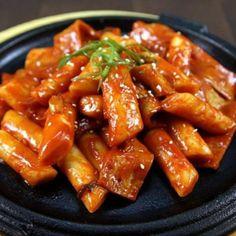 Bánh gạo cay (tokbokki) hay còn gọi là tteokbokki - là món ăn Hàn Quốc được nhiều người yêu thích. Hôm nay, Lozi sẽ giới thiệu bạn cách làm bánh gạo cay tokbokki ngon đơn giản chẳng khác ngoài tiệm ^^