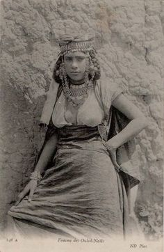 Ouled-Nails Trouvez l'inspiration sur www.atelierbijouxceramique.fr Arabian Women, Arabian Beauty, African Culture, African History, Historical Clothing, Historical Photos, Africa Tribes, Old Pictures, Old Photos
