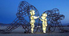 Impresionante escultura de niños atrapados dentro de cuerpos de adultos muestra que el amor siempre brilla