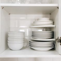 Organizamos os armários aqui de casa com algumas utilidades INCRÍVEIS @aramadolojavirtual! Os nossos pratos ficavam empilhados uns nos outros, agora com esse rack, dá pra pegar exatamente o que você precisa, sem tocar nos outros! AMAMOS! Vou mostrar mais no stores ✨ www.aramado.com #presskit